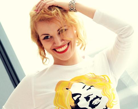 Monika Różanek prezentująca unikatowe ubrania z grafiką Locamonrosa